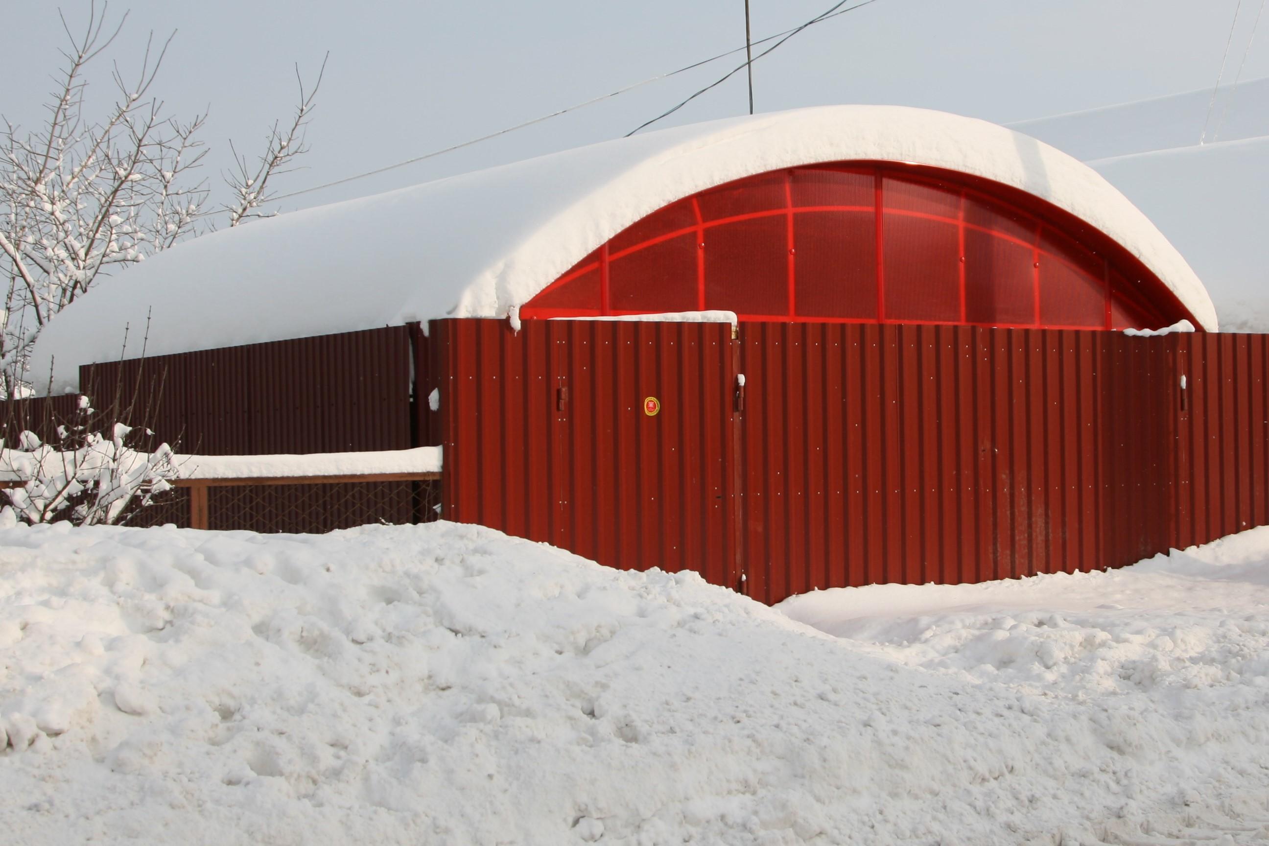 Как правило, снег на наших навесах не собирается, но этой зимой снега было много. На навесе слой доходил до 50см!